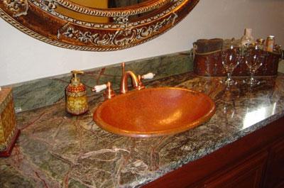 Столешница из мрамора в ванной комнате